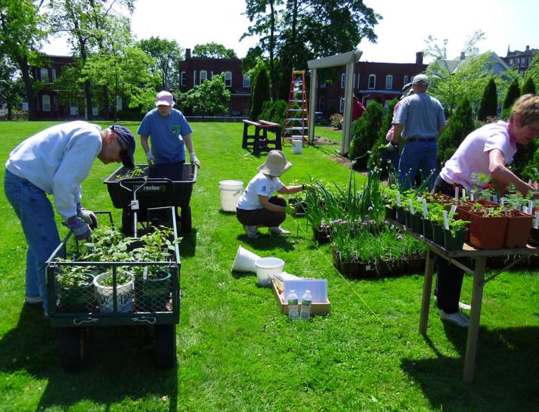 pag-gardenvolunteers-plantsale-05-2012