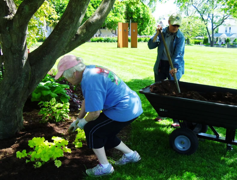 pag-gardenvolunteers2-plantsale-05-2012